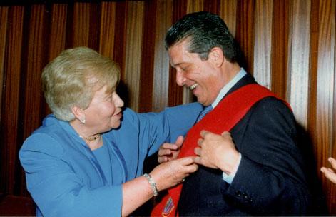 Josefina Unturbe con Federico Mayor ex-director general de la UNESCO en un acto de graduación