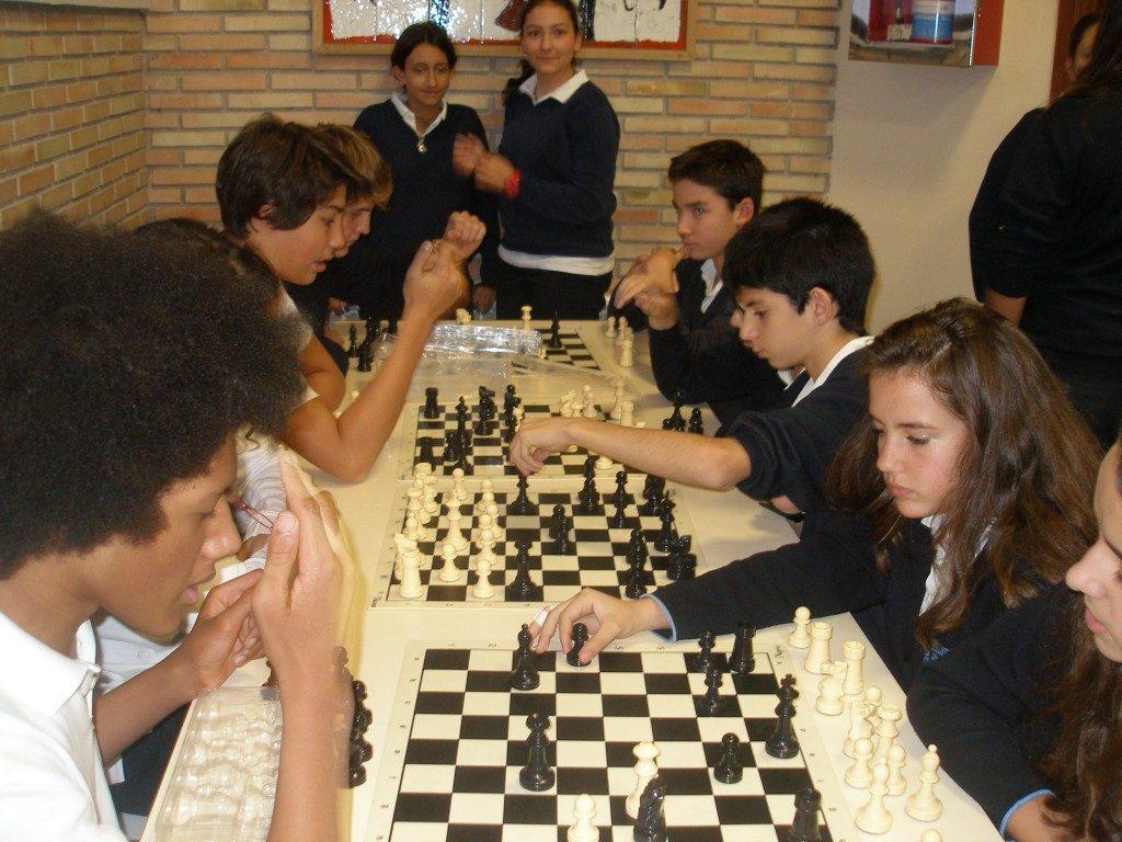 Una de las partidas que diariamente juegan los alumnos de Secundaria