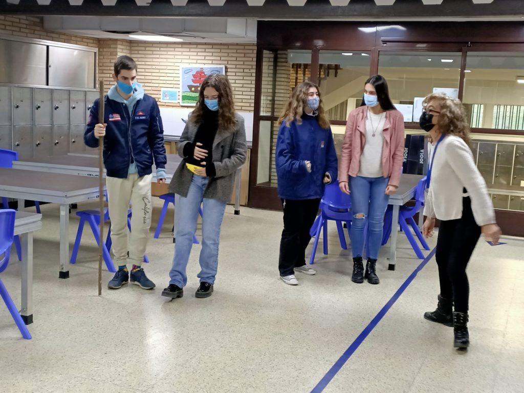 Ensayos de Pilar Romera con los alumnos de 1º de Bachillerato para el Retablo del día 18